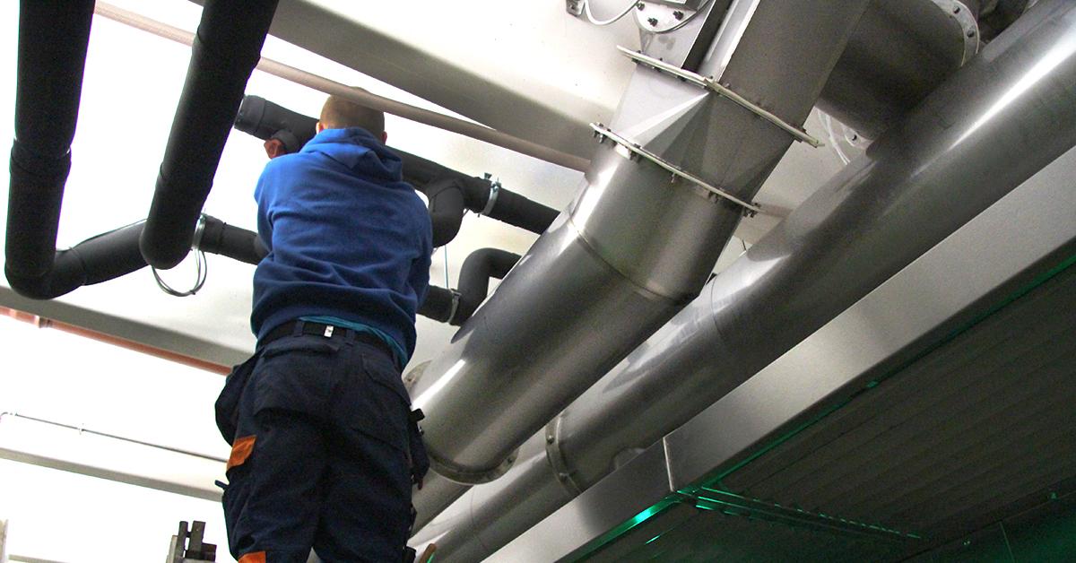 Rørgater i taket, for å koble den nye kjølemaskinen på det eksisterende isvannsanlegget.