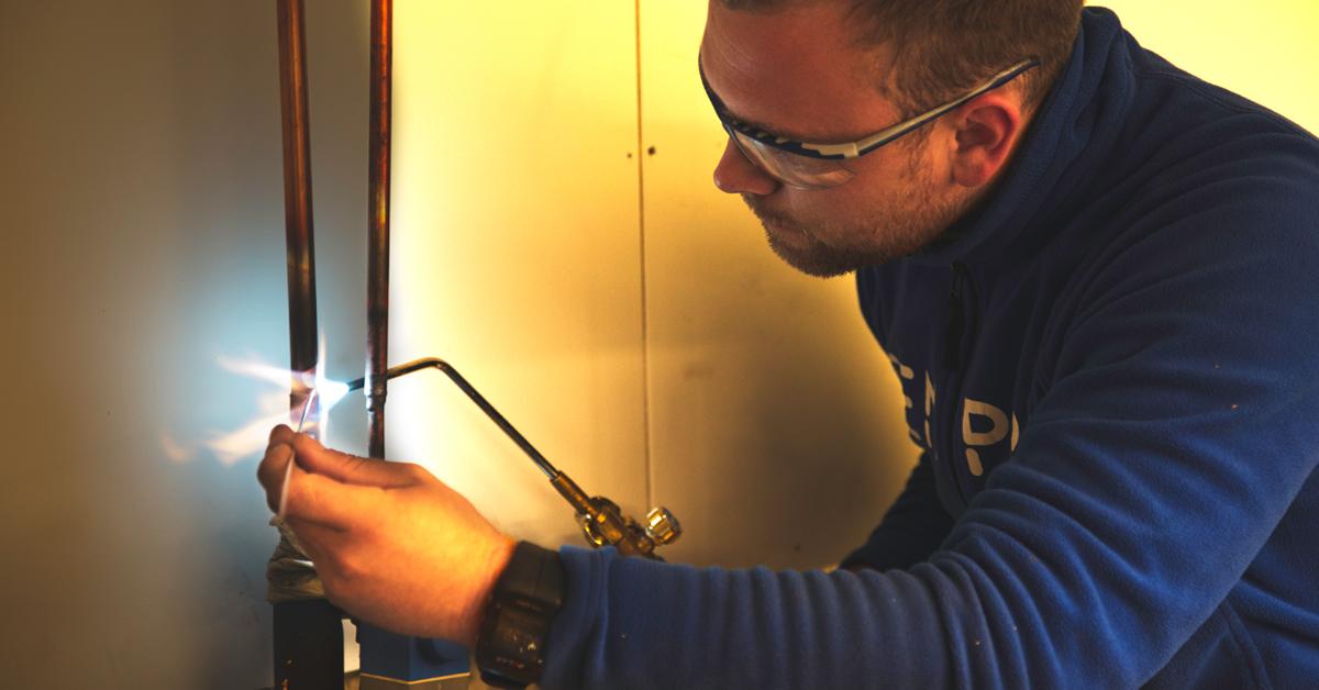 Anders Rollan Olsen sørger for gode skøyter på nye kobberrør.