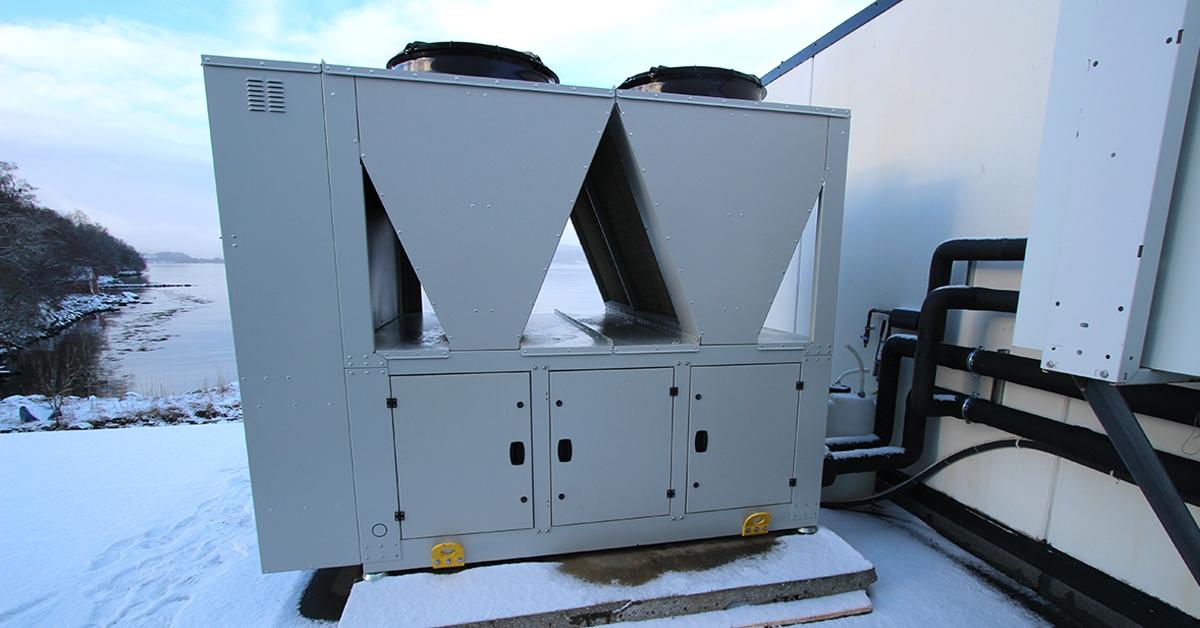 Da Brødrene Remø fikk behov for et nytt kjølerom i produksjonen sin, løste vi det med å kombinere eksisterende isvannsmaskin/ chiller med ny luftkjøler.